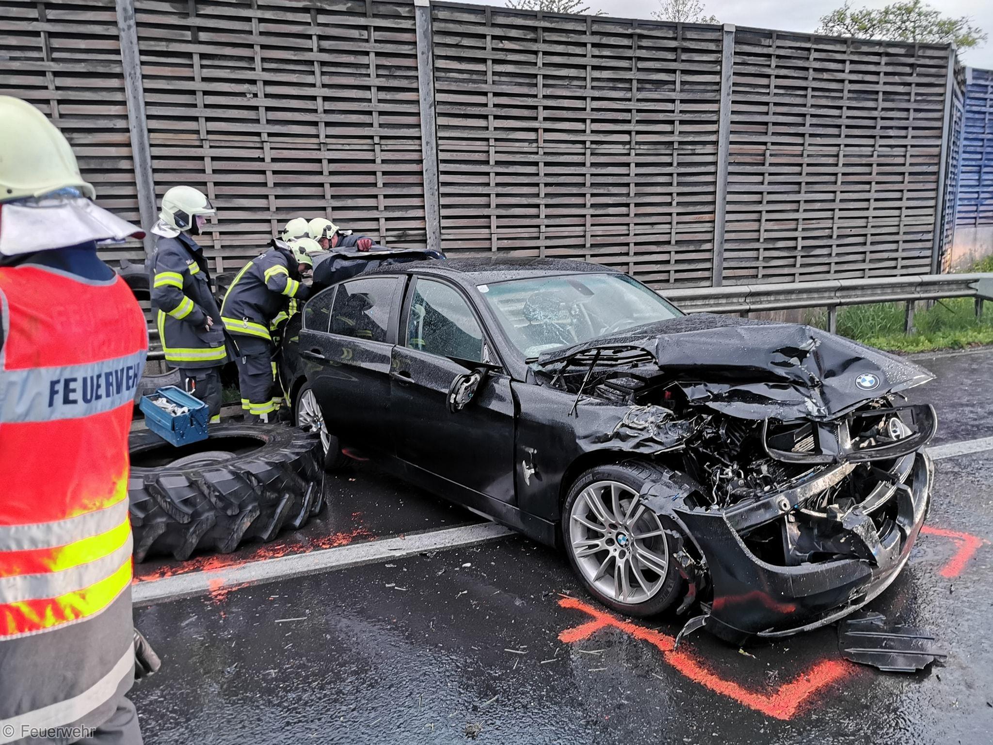 Verkehrsunfall - Eingeklemmte Person